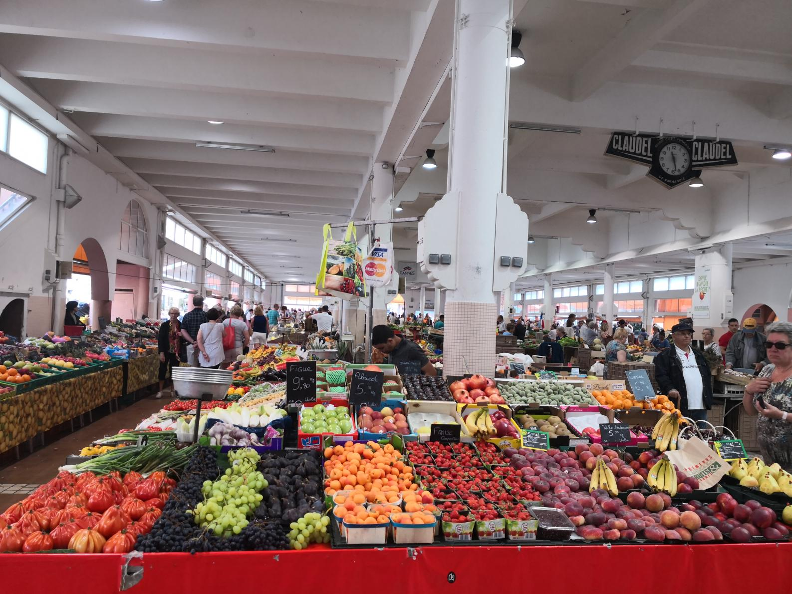 Forville market (daily fruits & vegetables market) is 3 mins walk from the apartment