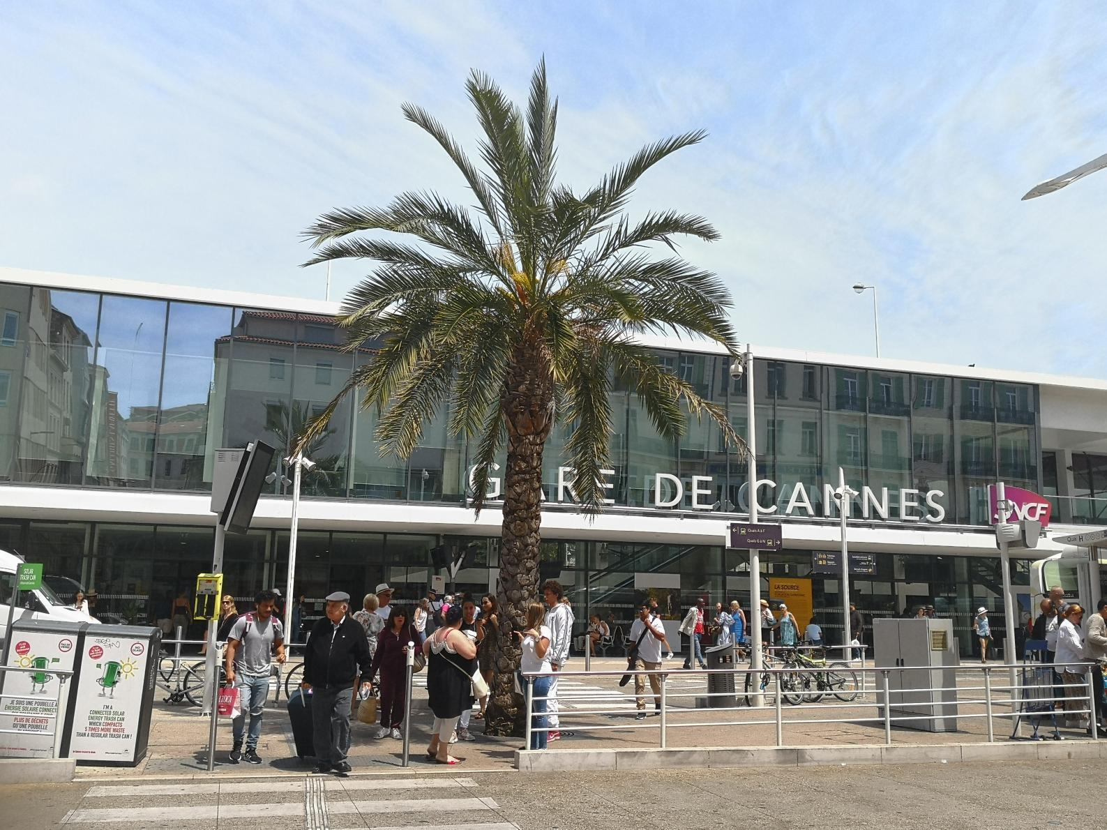 Cannes train station only 10 minutes walk from the apartment