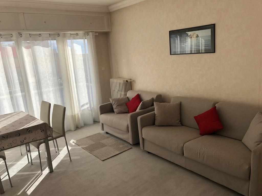 Spacious studio located within 10 mins walk to the Palais