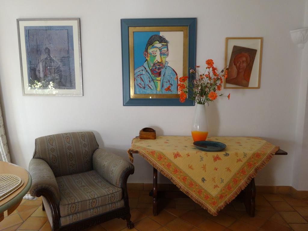 Beautifully furnished villa with the original oil paintings in the lounge