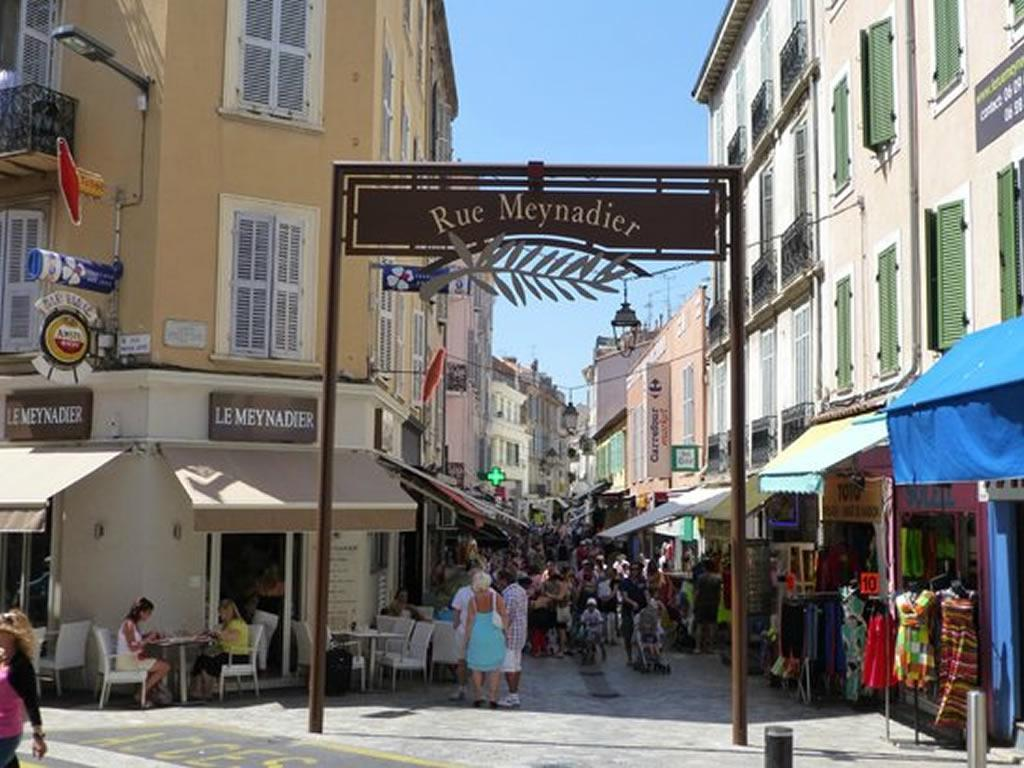 The apartment is located in the famous pedestrian rue Meyandier in the heart of Cannes
